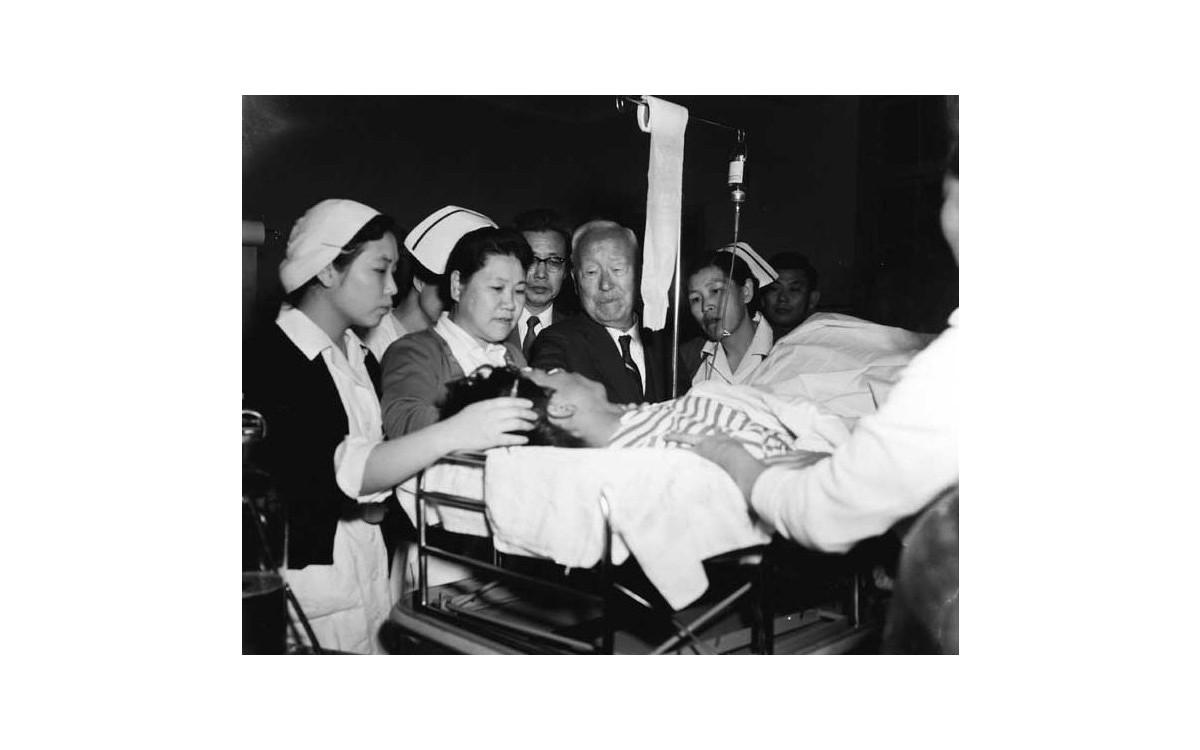 4.19 직후 서울대학교 병원을 찾아 발포에 부상한 학생들을 위문하는 이승만 대통령 (1960년 4월 23일)<br />다친 학생들을 보고 그는 울음을 터뜨린다.(해당영상은 2015년에야 대중에 공개되었다.)