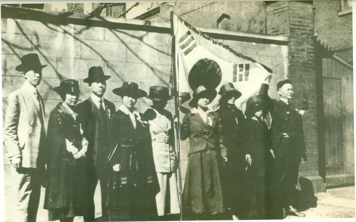 1919년 4월 16일 필라델피아에서 한인자유대회를 마친 <한인대표자대회>의 참석자들.<br />왼쪽에서 첫 번째가 정한경, 세 번째가 이승만이며 중간에 태극기를 들고 있는 여인이 노디 김 양이다.