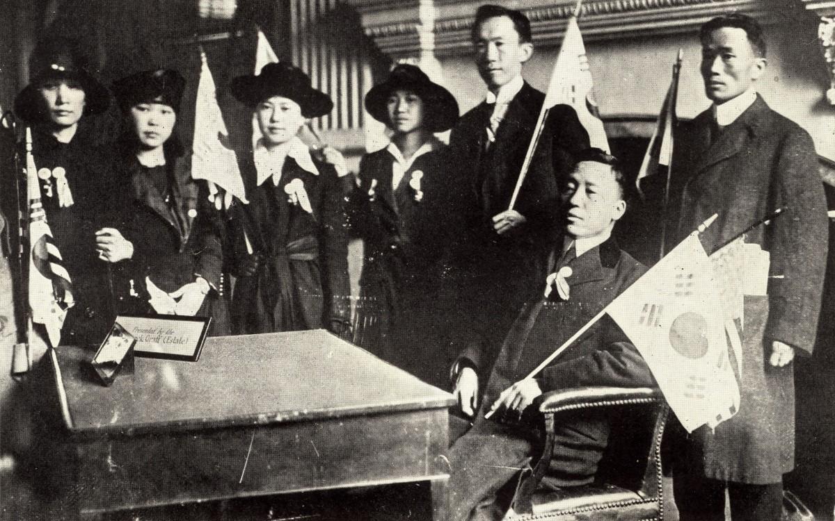 필라델피아의 <한인대표자대회>가 끝나는 날(1919년 4월 16일)<br /><독립기념관>에 들어가 옛날 미국 건국대통령 워싱턴이 앉았던 자리에 좌정한 이승만. 옆에 태극기를 든 정한경, 그 옆이 노디 김양.