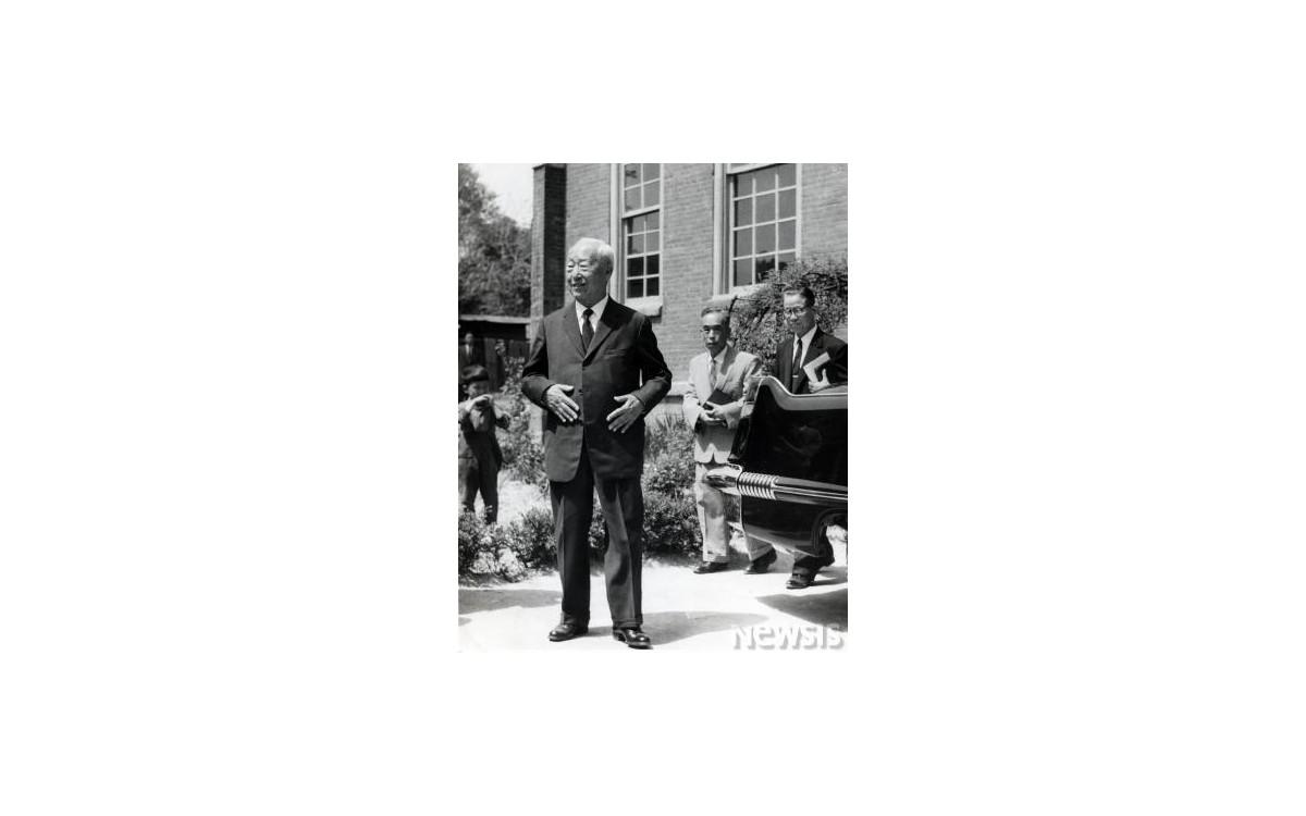 1960년 이승만 전대통령이 하야 이후 처음으로 정동교회에 나타난 모습<br />