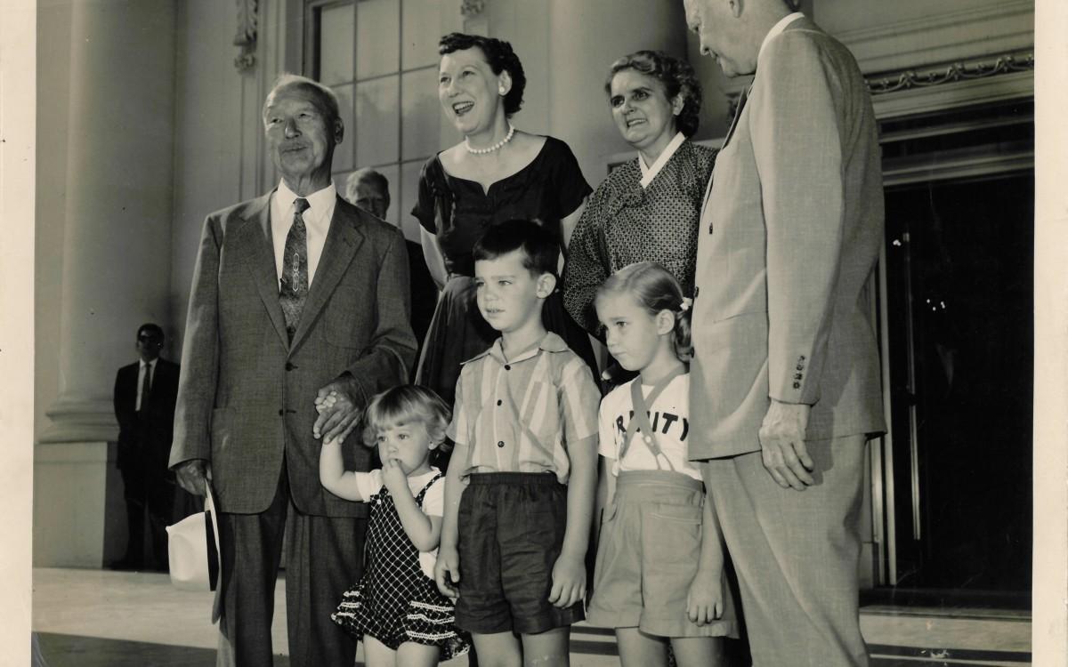 아이젠하워 대통령 내외와 함께 백악관에서 (1954년 7월25일)<br />