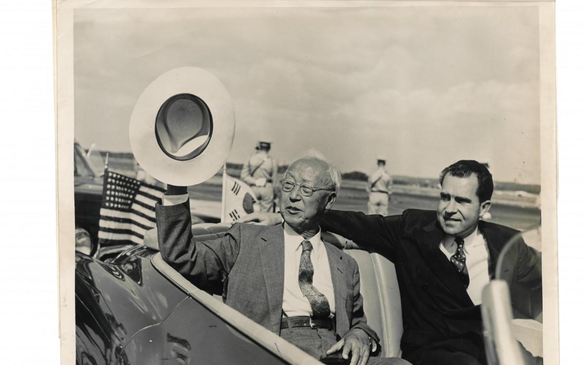 공항을 영접나온 닉슨 부통령과 함께<br />
