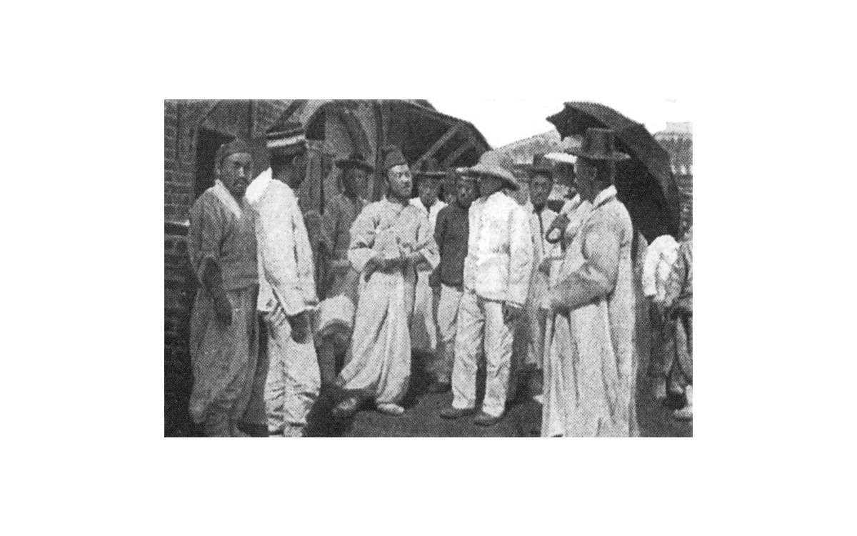 프랑스인 장 드 팡스의 저서 [한국에서:1904]에 실려있는 사진<br />한성감옥 밖에 나온 이승만(중앙)이 헬멧 쓴 아펜젤러로 추정되는 서양인과 대화하고 있다.