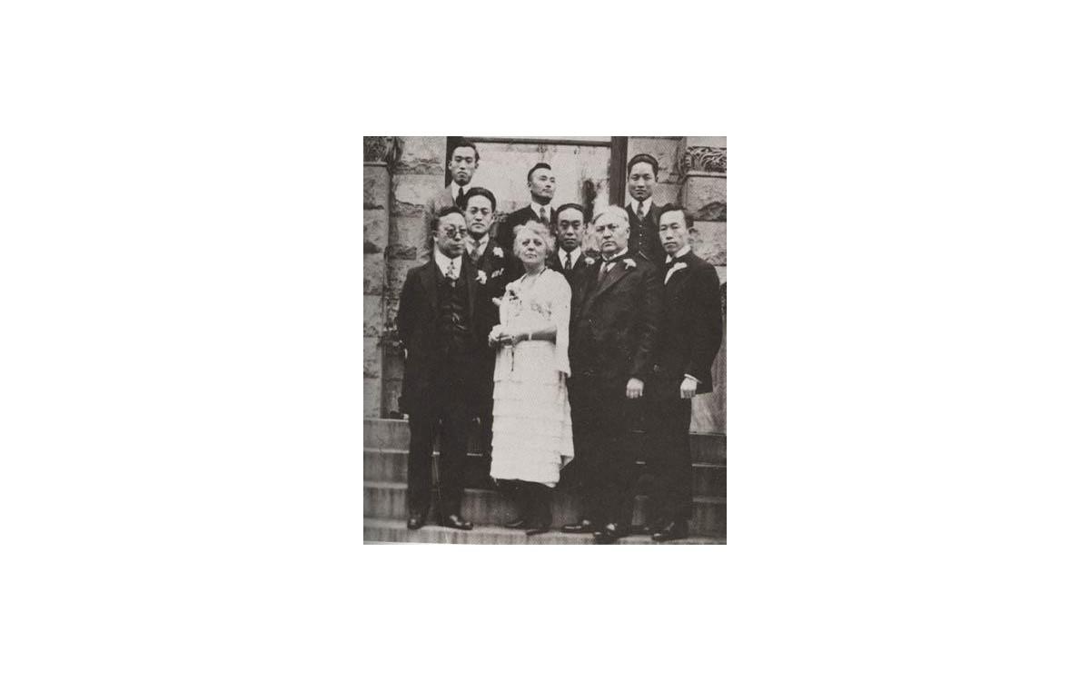 구미위원부 직원들과 함께 (1921년)<br />