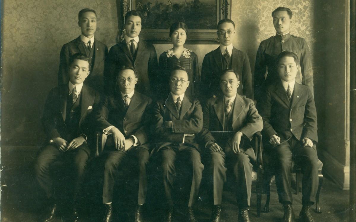 3·1절을 맞이하여 구미위원부가 워싱톤 포트랜드 호텔에서 기념식을 갖고 쵤영한 사진이다. (1920년 3월)<br />앞줄 왼쪽 두 번째부터 송헌주, 이승만, 김규식