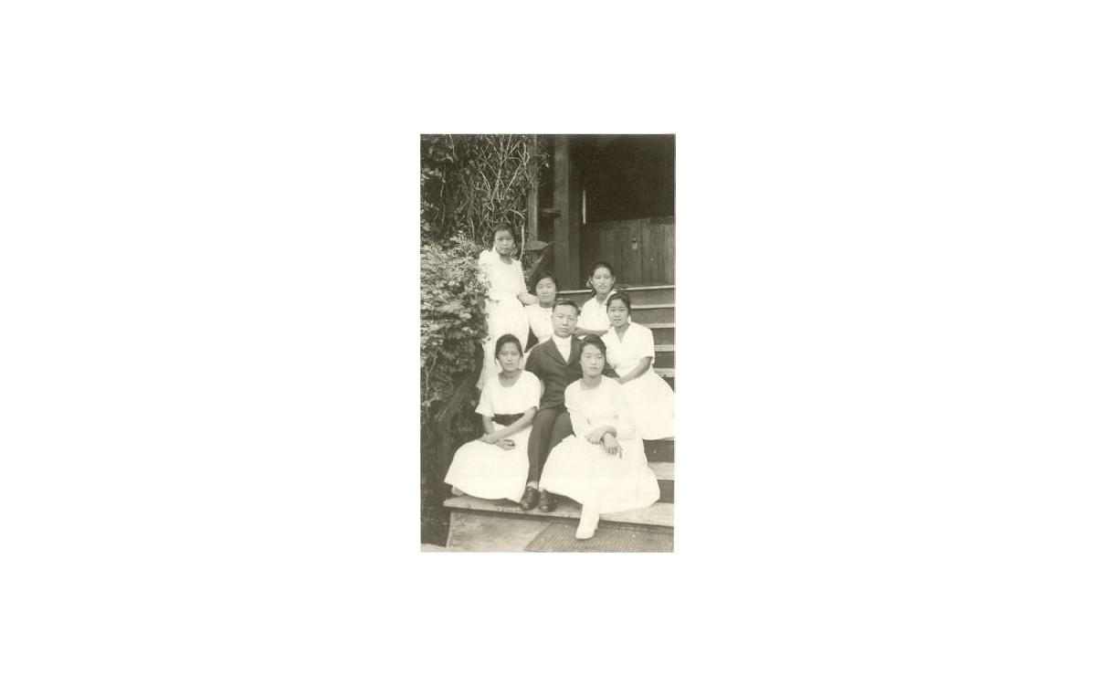 1918년 이승만이 학교 구내에서 여학생 제자들과 함께 찍은 사진<br />