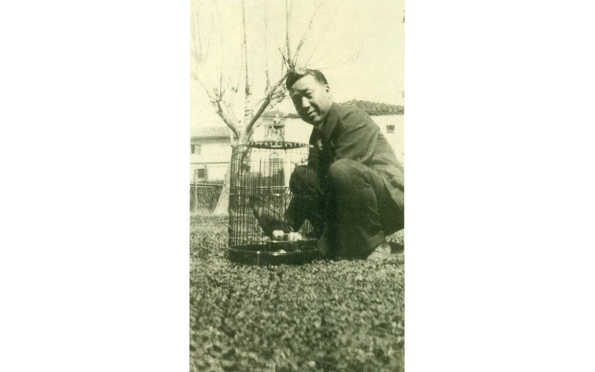 상해에서 새장을 돌보는 이승만 (1921년 4월)<br />