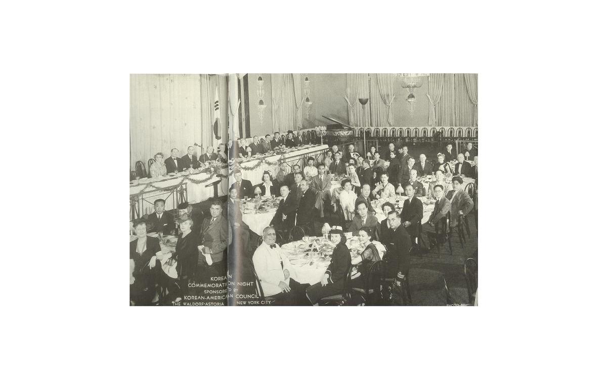 한미협회가 임정승인을 촉구하기 위해 뉴욕의 에스토리아 호텔에 마련한 만찬회 (1944년 8월 29일)<br />높은 자리의 왼쪽 끝에 프란체스카 여사. 그리고 두 사람 건너 이승만 박사다. 아래에 왼쪽에서 두 번째 테이블의 왼쪽 끝에 자리 잡은 동양청년이 한표욱 박사이다.