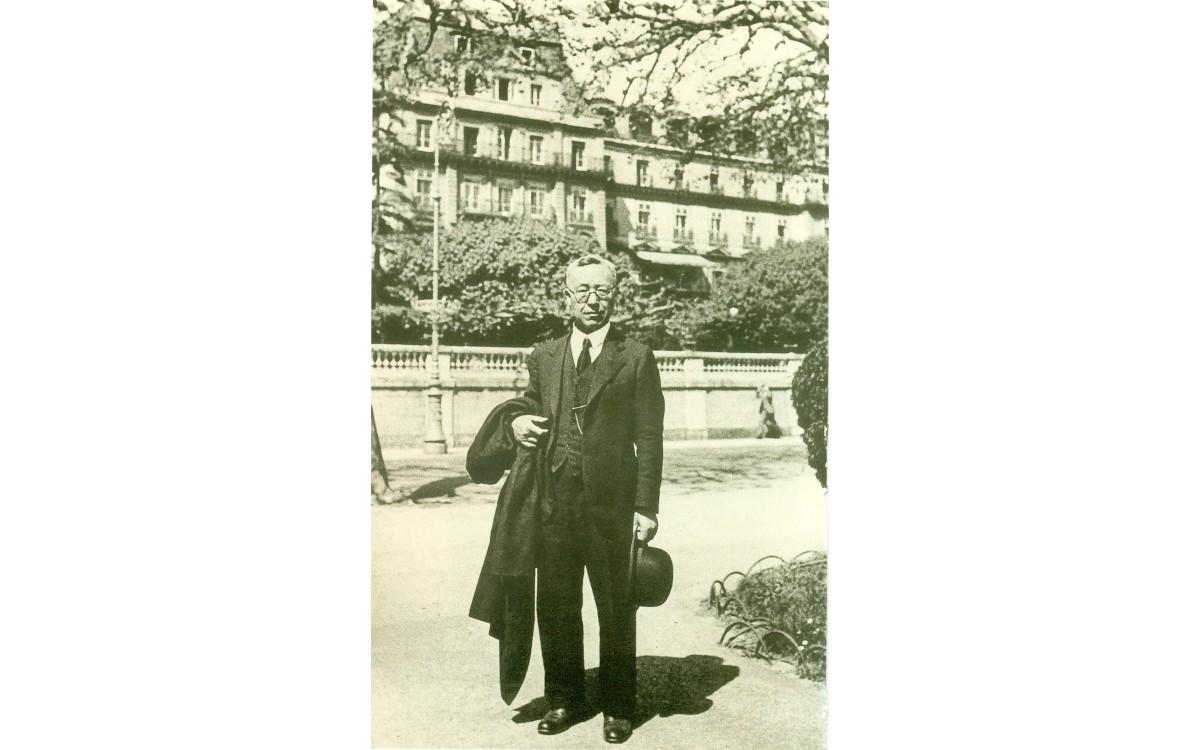 스위스 제네바 국제연맹(The League of Nations) 본부 앞에 선 이승만 (1933년 1월)<br />