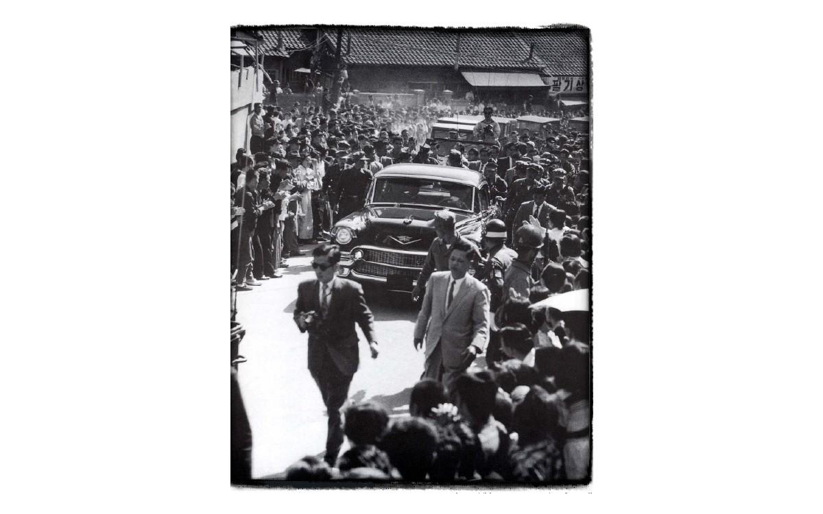 경무대 이화장으로 돌아가고 있는 이승만을 보려고 모인 군중 (1960년 4월 28일)<br />