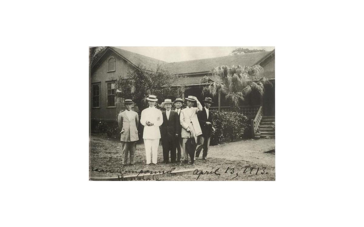 한인기숙학교 앞에서 교포유지들과 (1913년 4월 13일)<br />