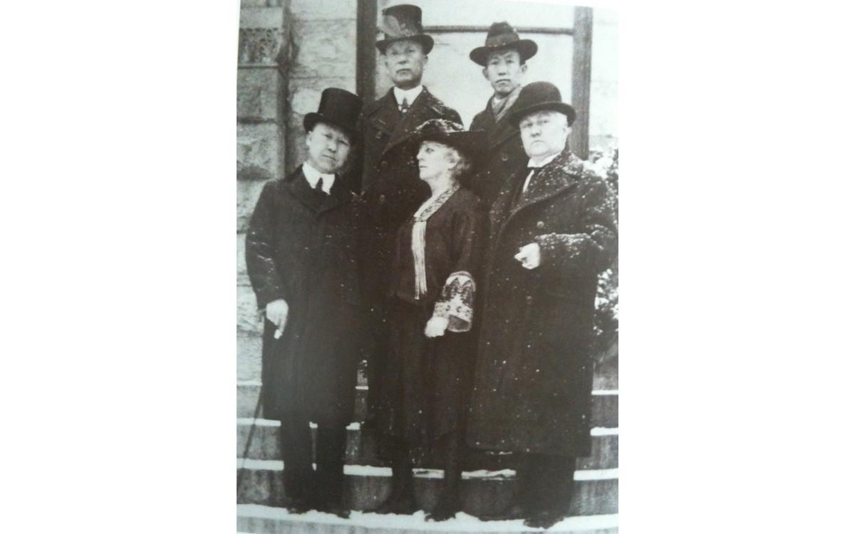 구미위원부 요원들 (1921년)<br />앞줄 왼쪽부터 이승만, 여비서, 돌프 변호사