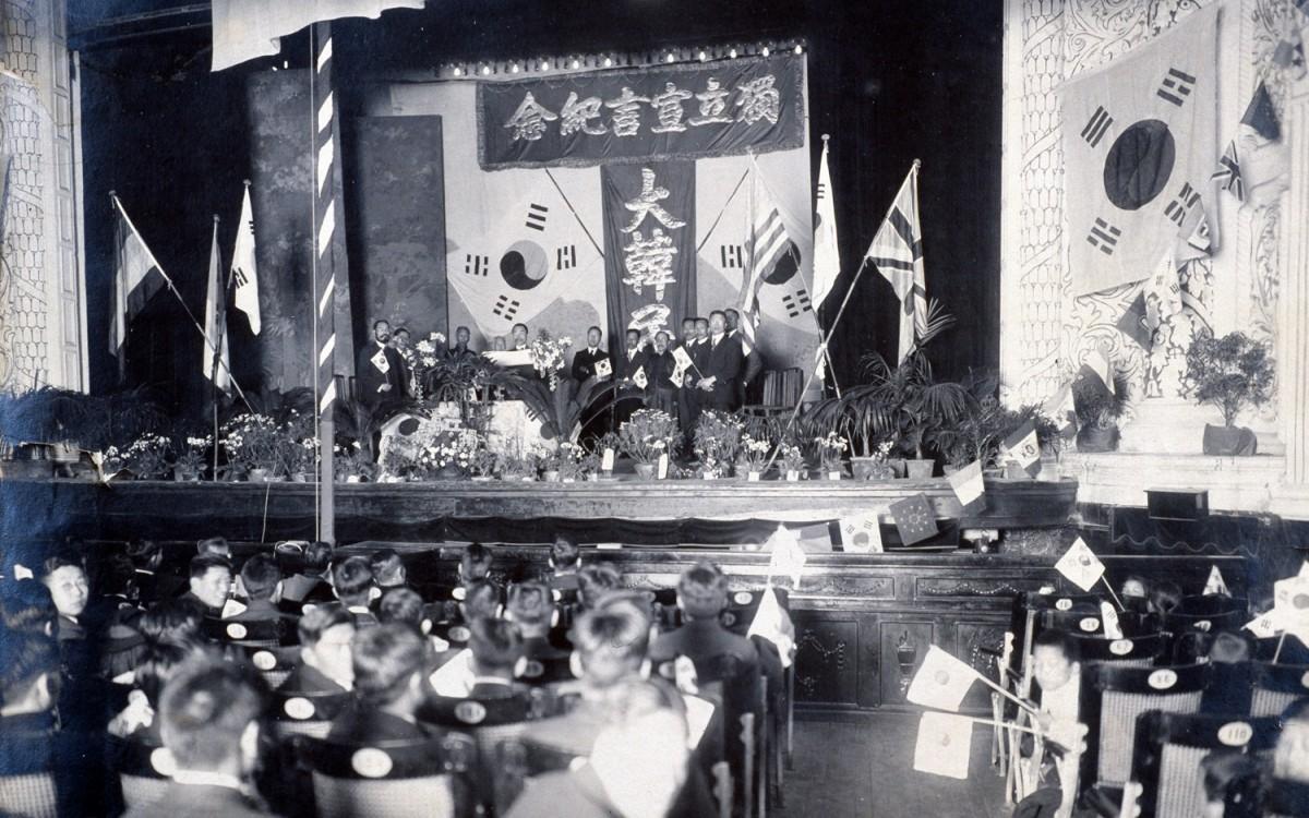 대한민국 임시정부 3·1절 2주년 기념식 단상. 상해 정안사로 올림픽극장에서 개최된 3·1절 2주년 기념식 .<br />이승만대통령 이하 국무위원들이 참석하였고 단상 위에서 김병조가 독립선언서를 낭독하고 있다.