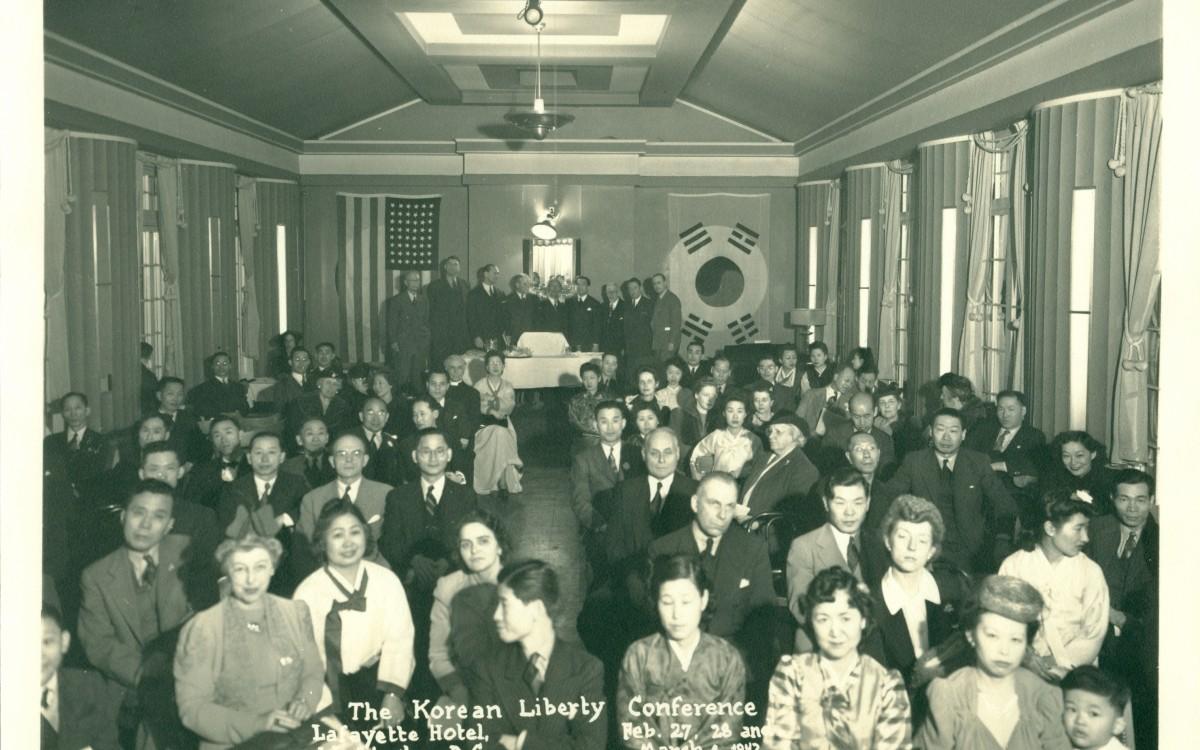주미외교위원부 주최로 워싱턴에서 열린 한인자유대회 참석자들 (1942년 2월 27일)<br />본 대회에서는 임정 승인을 요구하는 청원서를 미국 대통령과 의회에 제출할 것을 결의했다. 맨 끝에 이승만이 서있고 앞에서 두번째 줄에 프란체스카 여사가 보인다.