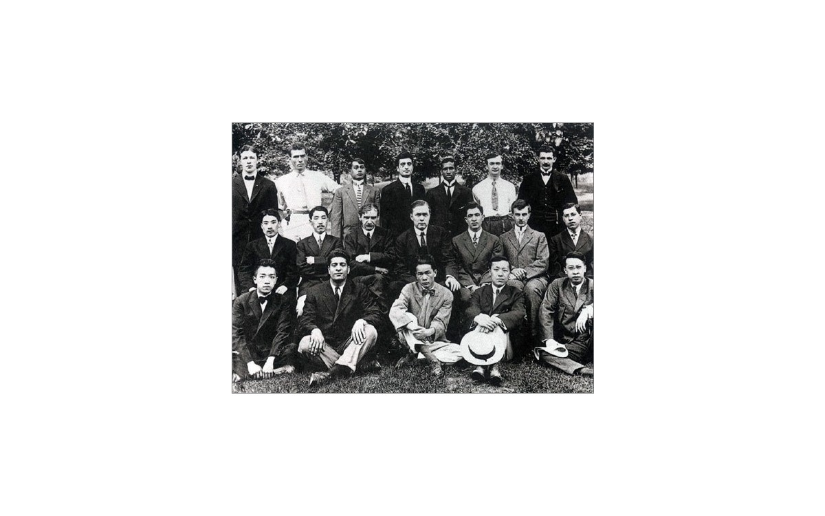 조지 워싱턴 대학 재학 당시 뉴잉글랜드 지방에서 모인 국제기독학생대회에 참석한 이승만(앞줄 오른쪽 두 번째)<br />