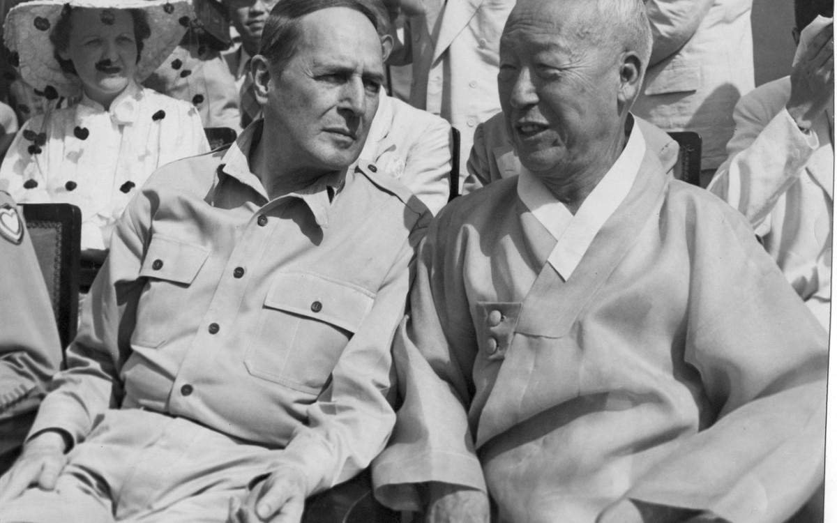 대한민국정부수립기념식장에 참석한 맥아더 장군과 이승만 대통령 (1948년8월15일)<br />