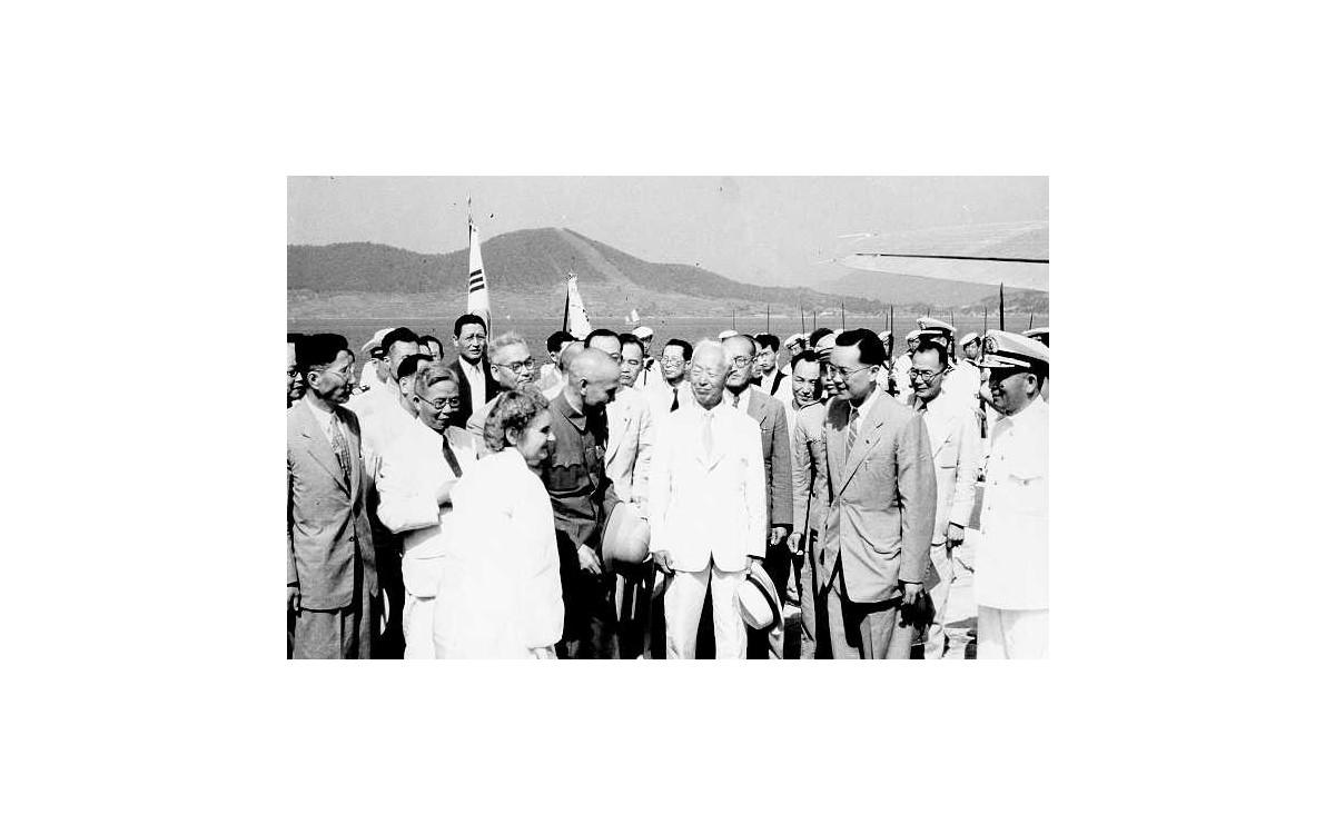 서울에서 장개석 총통과 함께 (1949년 8월)<br />
