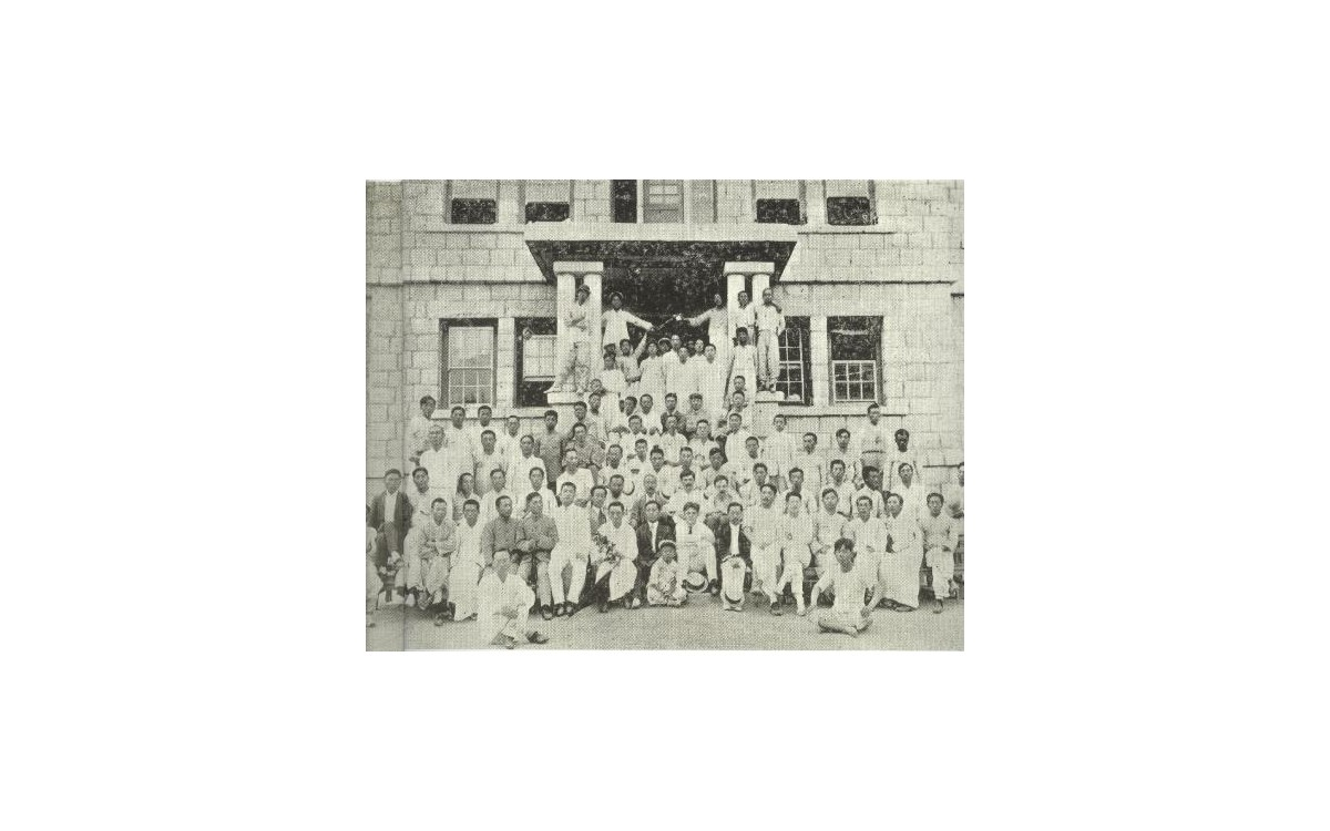 1911년 6월에 <기독학생 하령회>가 열렸던 개성의 한영서원<br />이승만이 앞줄 중앙에 앉아있다. 한영서원은 윤치호가 세운 학교로 지금의 인천 송도고등학교의 전신이다.