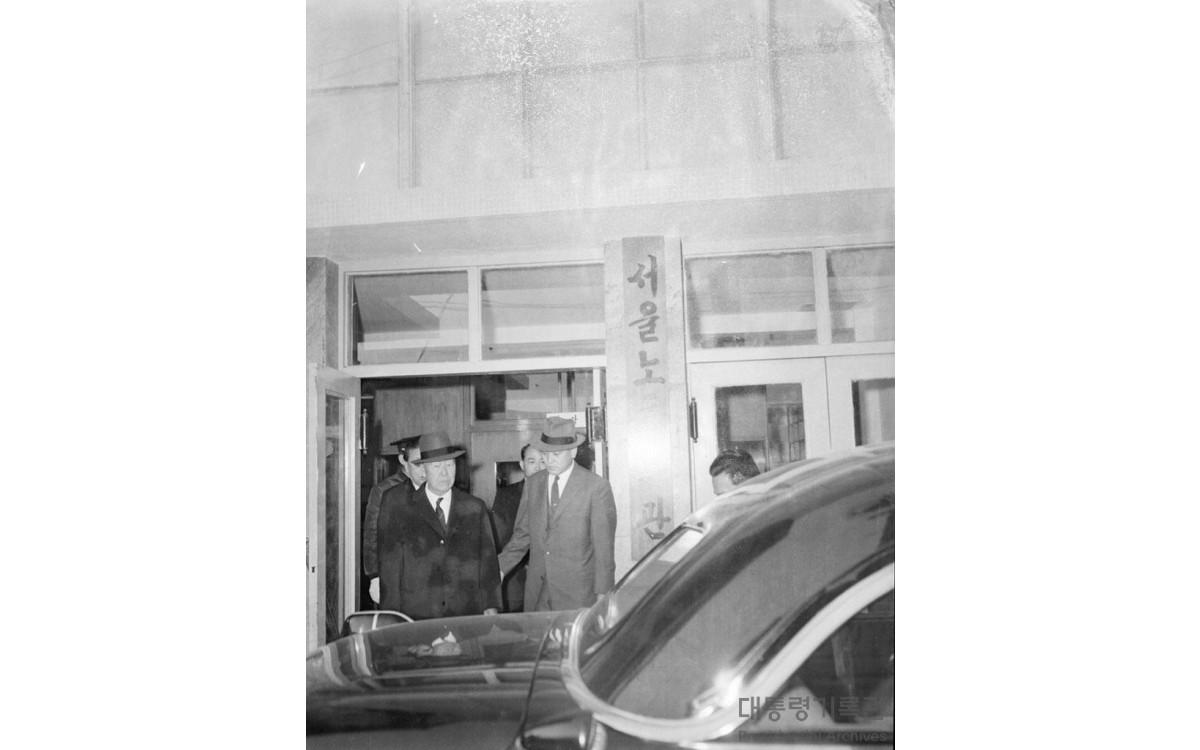 이승만 대통령 노동회관 시찰 후 (1960년)<br />출처-대통령기록관