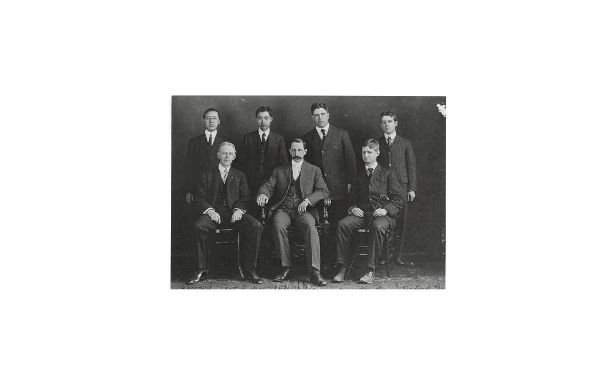 하버드대 재학시절의 이승만과 그의 급우들. 가운데 앉아있는 인물은 브라운대에서 초빙된 국제법 담당 객원교수 윌(M.M.Wilson)<br />재학시절에 샌프란시스코에서 전명운의 스티븐스 암살 사건이 일어남으로 친일적인 교수들과 학생들로부터 냉대를 받았다.