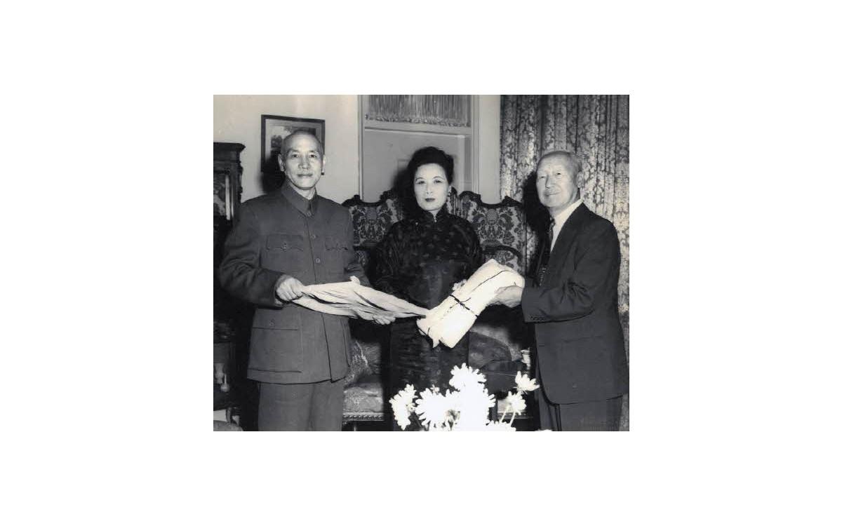 대만 방문 시 장개석 총통 송미령 여사와 기념촬영 (1953년)<br />