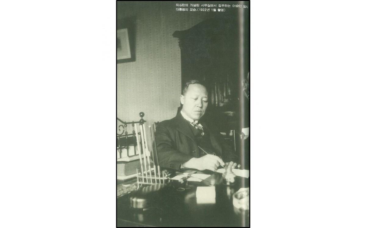 워싱턴에 개설된 사무실에서 집무하는 이승만 임시 대통령의 모습 (1922년 1월)<br />