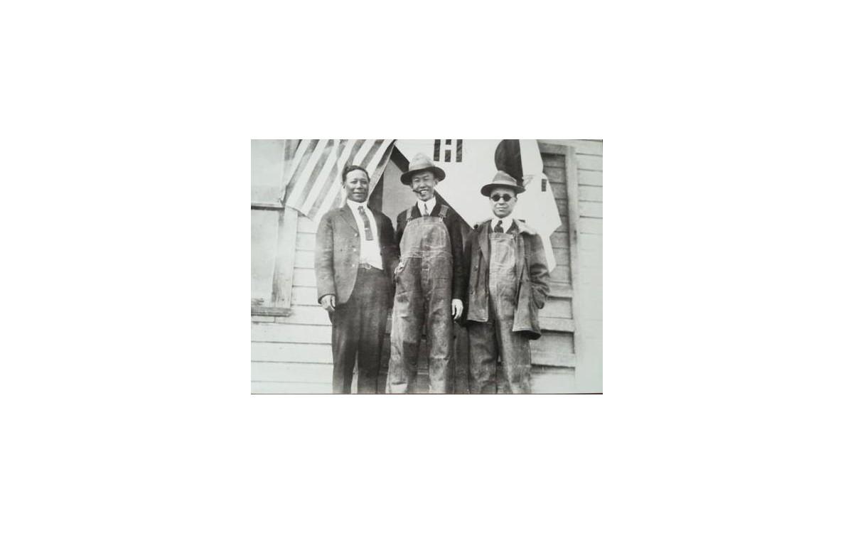 미국 덴버의 안재창씨 농장에 걸린 태극기 앞에서 독립운동가 임동식, 정한경, 이승만이 포즈를 취했다. (1920년 3월)<br />