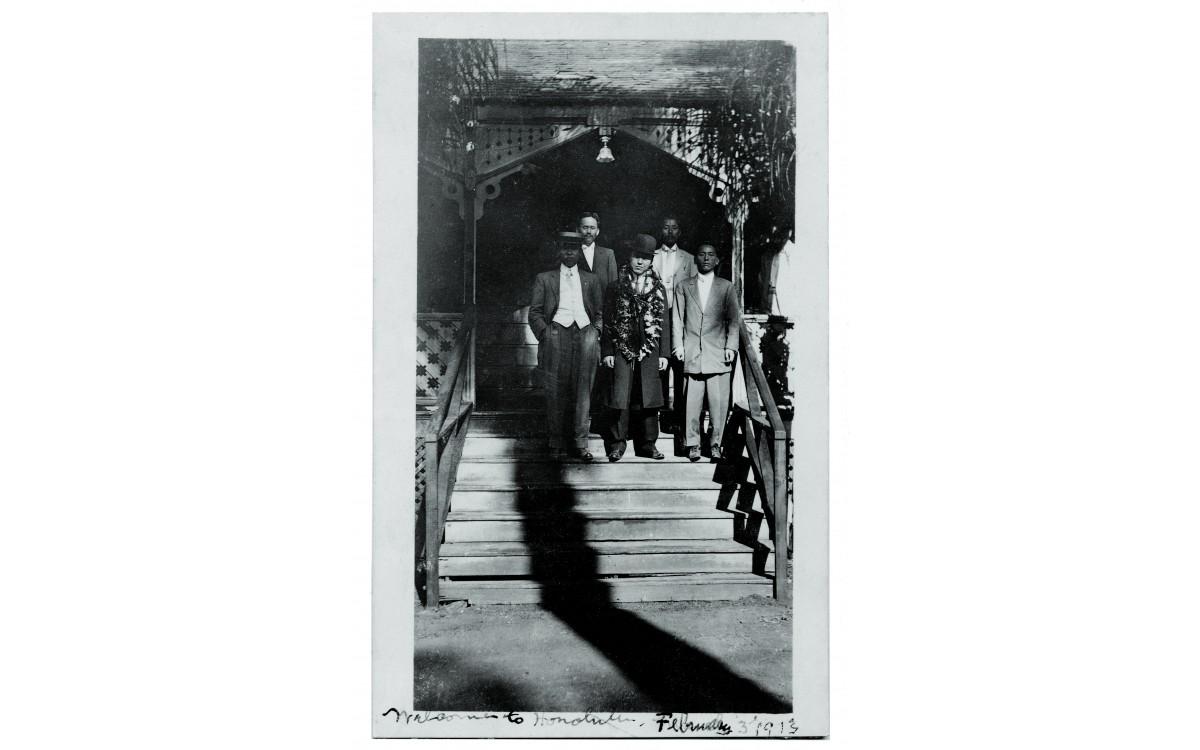 이승만 박사가 호놀룰루에 도착한 날 출영객들과 함께 찍은 사진 (1913년 2월 3일)<br />가운데 하와이 레이를 걸친 이승만, 왼쪽 끝이 박용만이다. 이날 그는 부친의 부음을 들었다.