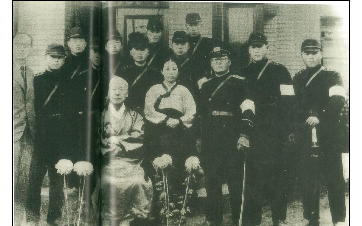 귀국 후 돈암장에 머물 때의 이승만  (1945년 11월)<br />왼쪽 맨 끝 이박사의 비서 윤치영, 이박사의 오른편은 윤치영의 부인 이은혜 여사. 나머지는 미군정측에서 보낸 경비원들