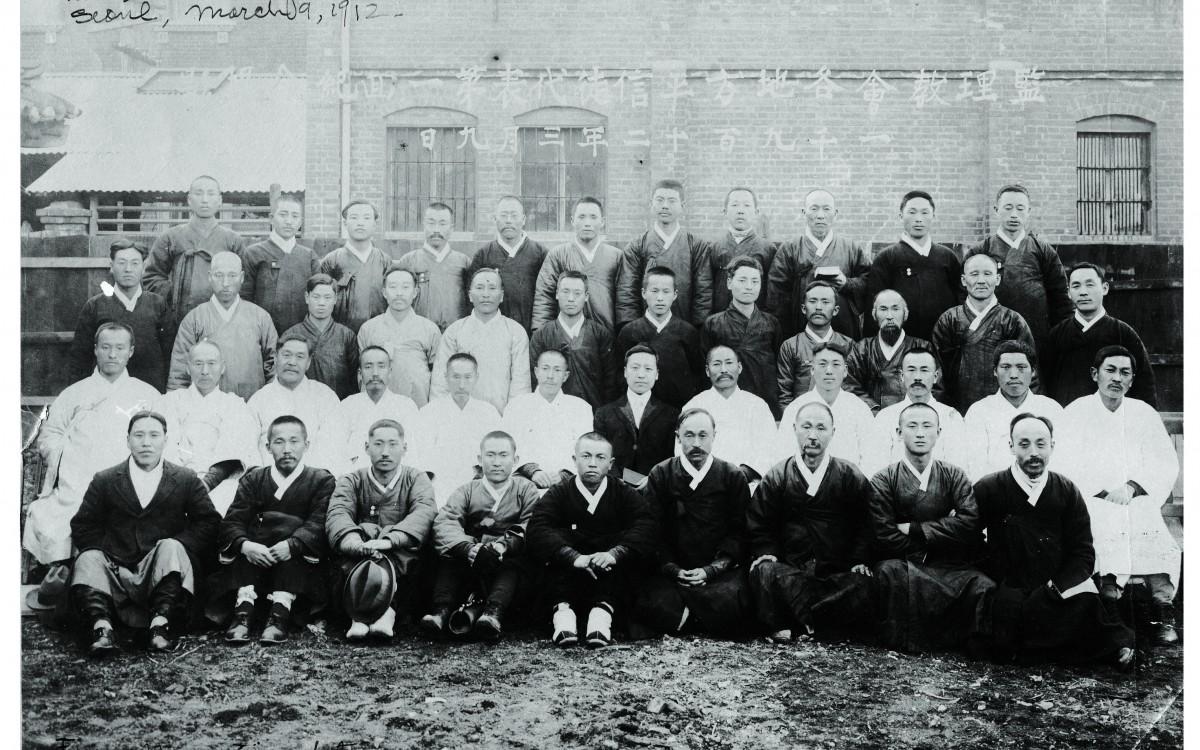 1912년 3월 9일 서울에서 모인 <감리교회 각 지방 평신도대표 제14기 회의> 참가자들 (둘째 줄 가운데가 이승만)<br />이 회의에서 이승만은 미국 미네아폴리스에서 열리는 <기독교 감리회 4년 총회>의 한국 평신도 대표로 선출되어 다시 한국을 떠나게 되었다.