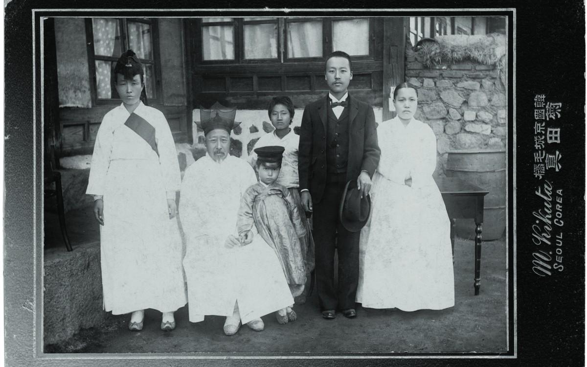 1904년 11월 미국에 고종의 밀사로 떠나기전 가족사진<br />오른쪽부터 박씨 부인, 이승만, 아들 태산, 아버지 이경선 옹 (뒤에 서있는 소년은 조카), 맏누님