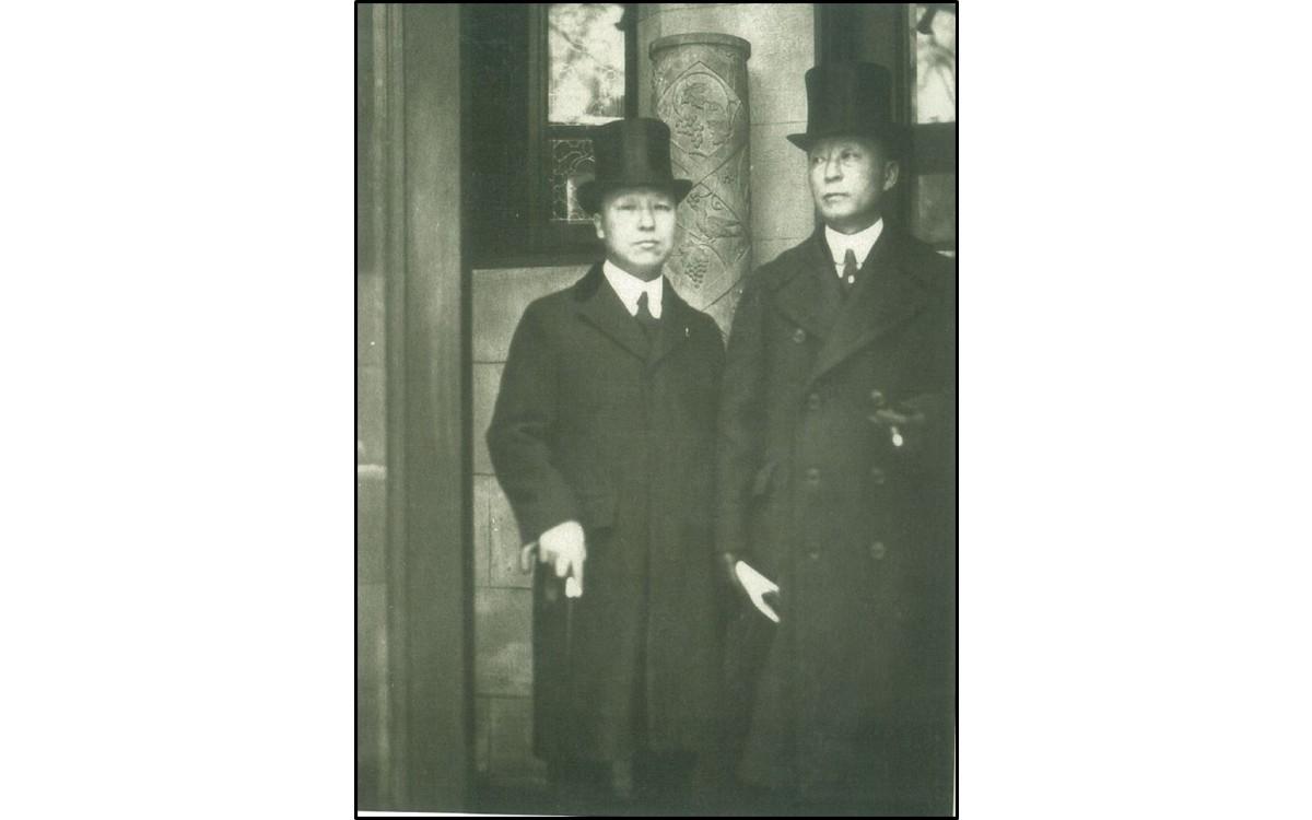 1921년 워싱턴에서 열린 군축회의에 참석하기 위해 구미위원부 청사를 나서는 한국대표단의 이승만 단장과 서재필 부단장<br />