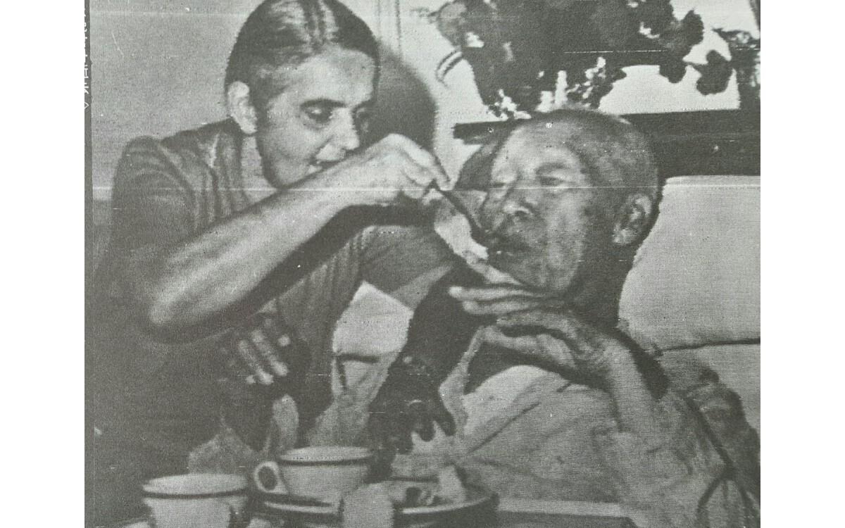 90세 생일 (1965년 3월 26일)<br />프란체스카 여사의 도움을 받아 음식 드시는 장면