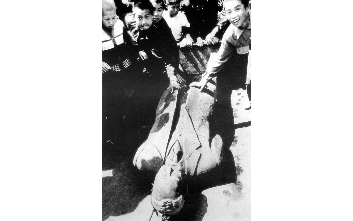 파고다 공원에 세워져 있던 이승만 대통령 동상을 시민들이 끌고 다녔다<br />