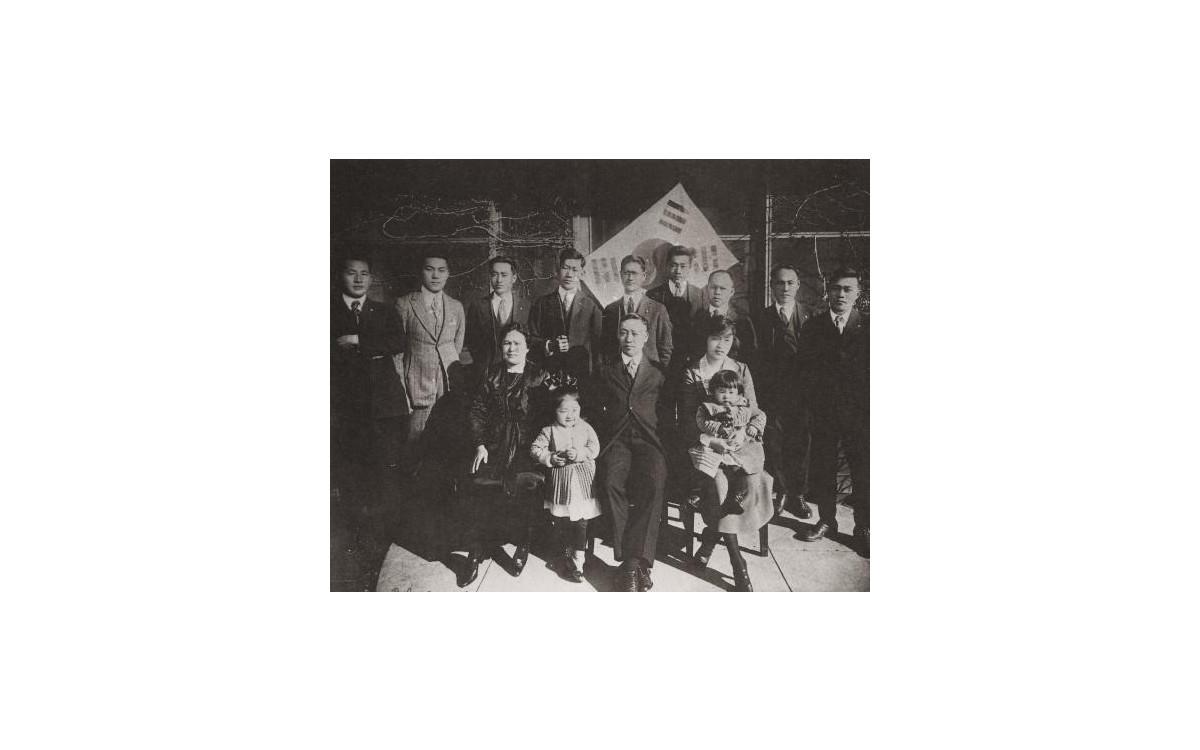 호놀룰루에서 이승만이 세운 한인기독교회 임원들과 함께 (1922년 3월).<br />