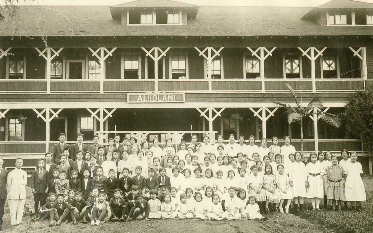 이승만이 1918년에 설립한 남녀공학의 한인기독학원(Korean Christian Institute)의 학생과 교직원 일동. 와이알라에 알리이오라니 스쿨시대 (1918-1921)<br />1층은 교회, 2층에 교실, 3층에 여학생 기숙사가 자리잡고 있었다.