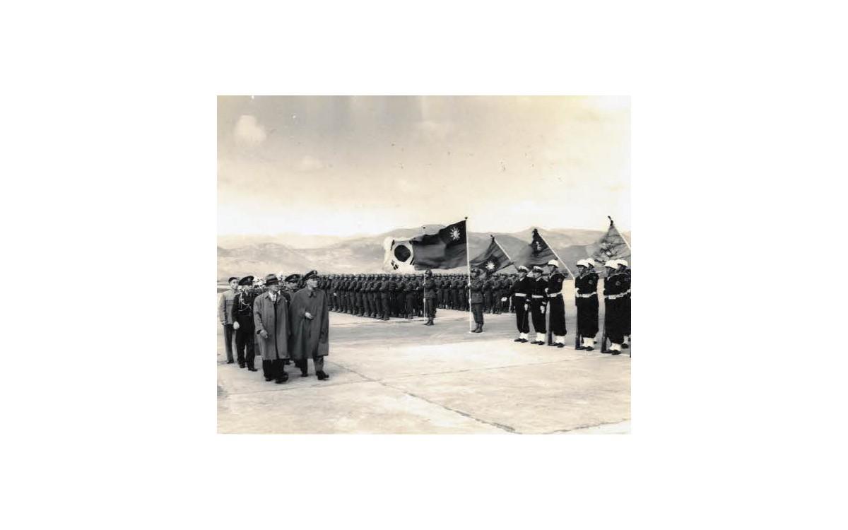 자유중국 방문을 위해 타이페이 교외의 송산 비행장에 도착한 이승만 대통령이 장제스 총통과 함께 의장대를 사열하는 모습 (1953년 11월 27일)<br />