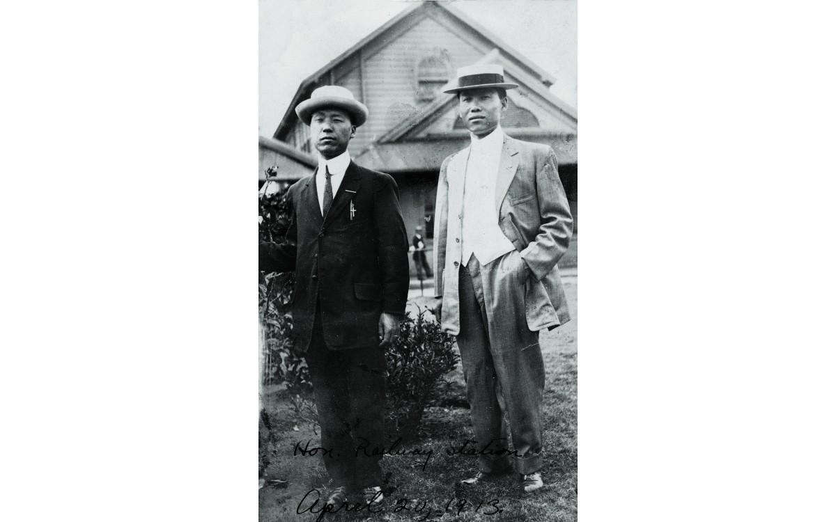 하와이 호놀룰루 기차역에서 나란히 포즈를 취한 이승만과 박용만 (1913년 4월 20일)<br />한때 결의형제를 할 만큼 일생의 동지였던 두 사람은 독립운동 방법론과 국민회기금을 둘러싸고 대립하여 결국 정적이 되고 말았다.