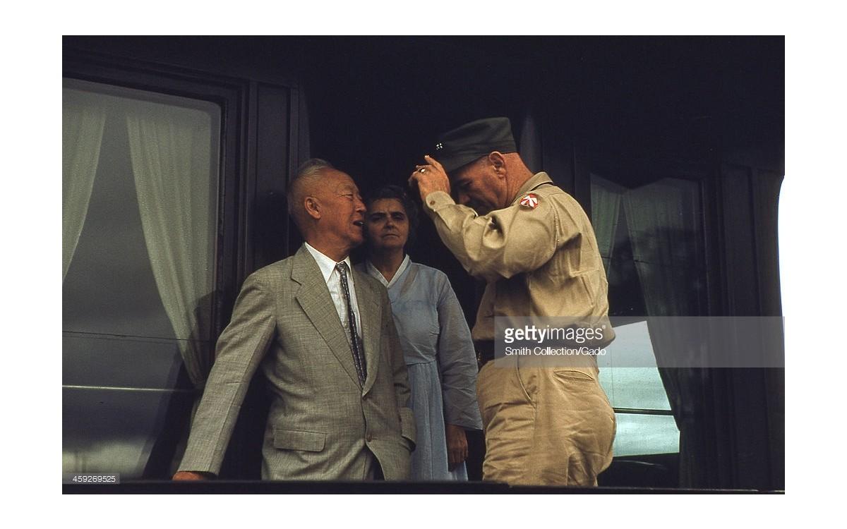 6.25 전쟁 중 밴 플리트 장군을 방문 (1952년)<br />출처-Gettyimages