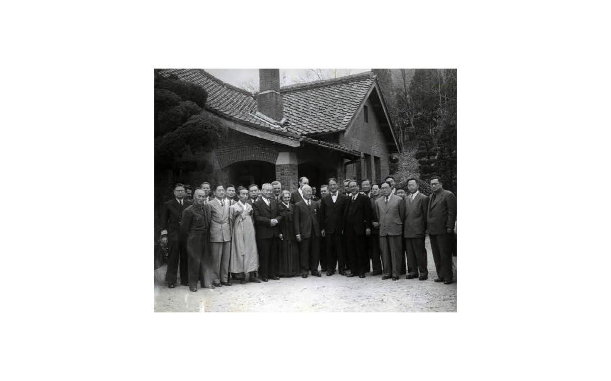 참석자들과 함께 기념촬영 (1951년)<br />