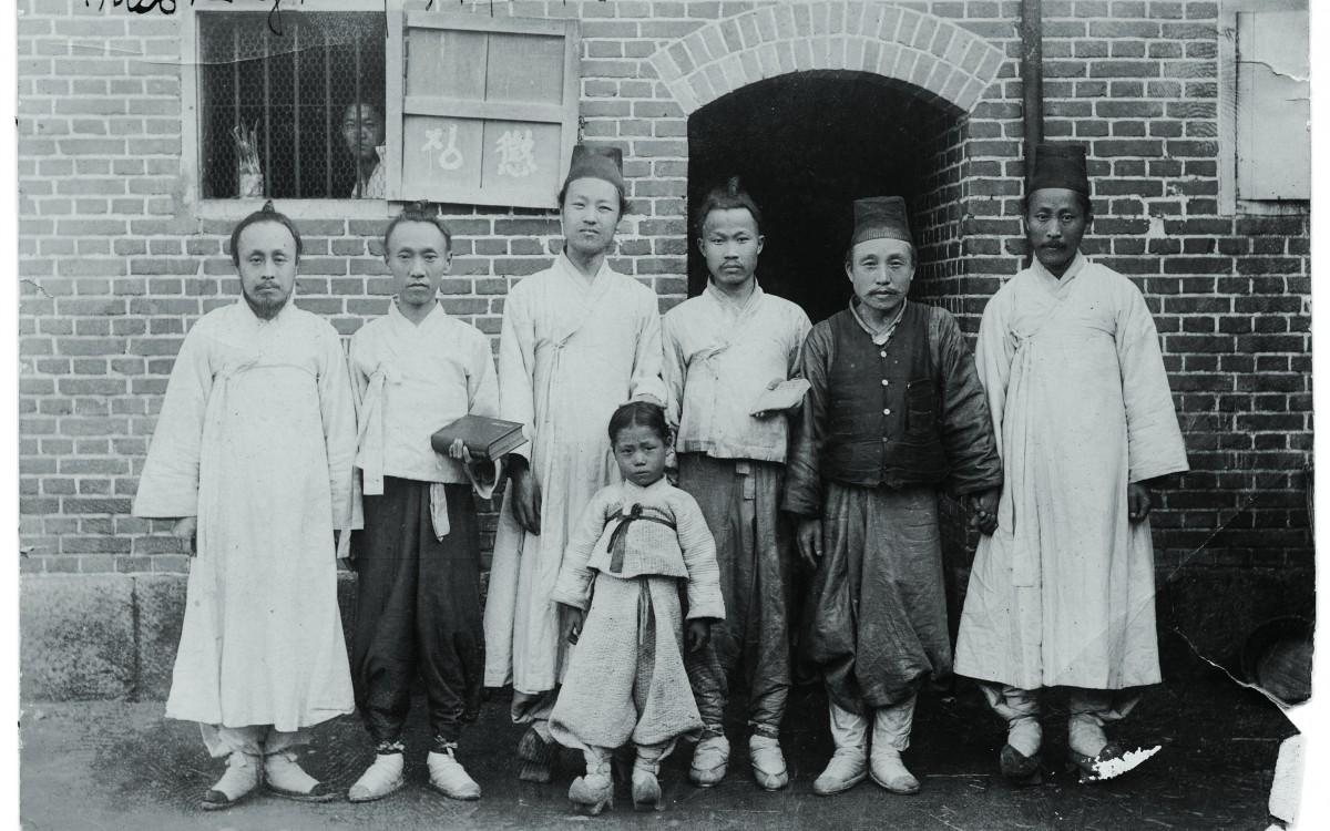 1904년 한성감옥에서 (왼쪽에서 세번째가 이승만이다)<br />당시 어린이들도 감옥에 있었기 때문에 청년 이승만은 옥중학교를 운영하여 한글과 한문을 가르쳤다.