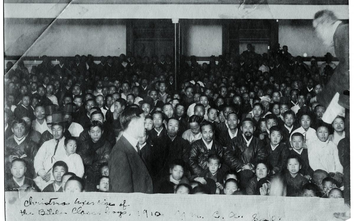 이승만 박사(맨 앞, 당시 36세)가 크리스마스를 앞두고 YMCA 성경학교에서 행사를 준비하고 있다.<br />프린스턴대 출신의 이승만은 미국에서 누릴 수 있는 모든 특권을 버려두고 귀국하여 1910년부터 두 해 동안 YMCA에서 학생들을 가르쳤다.