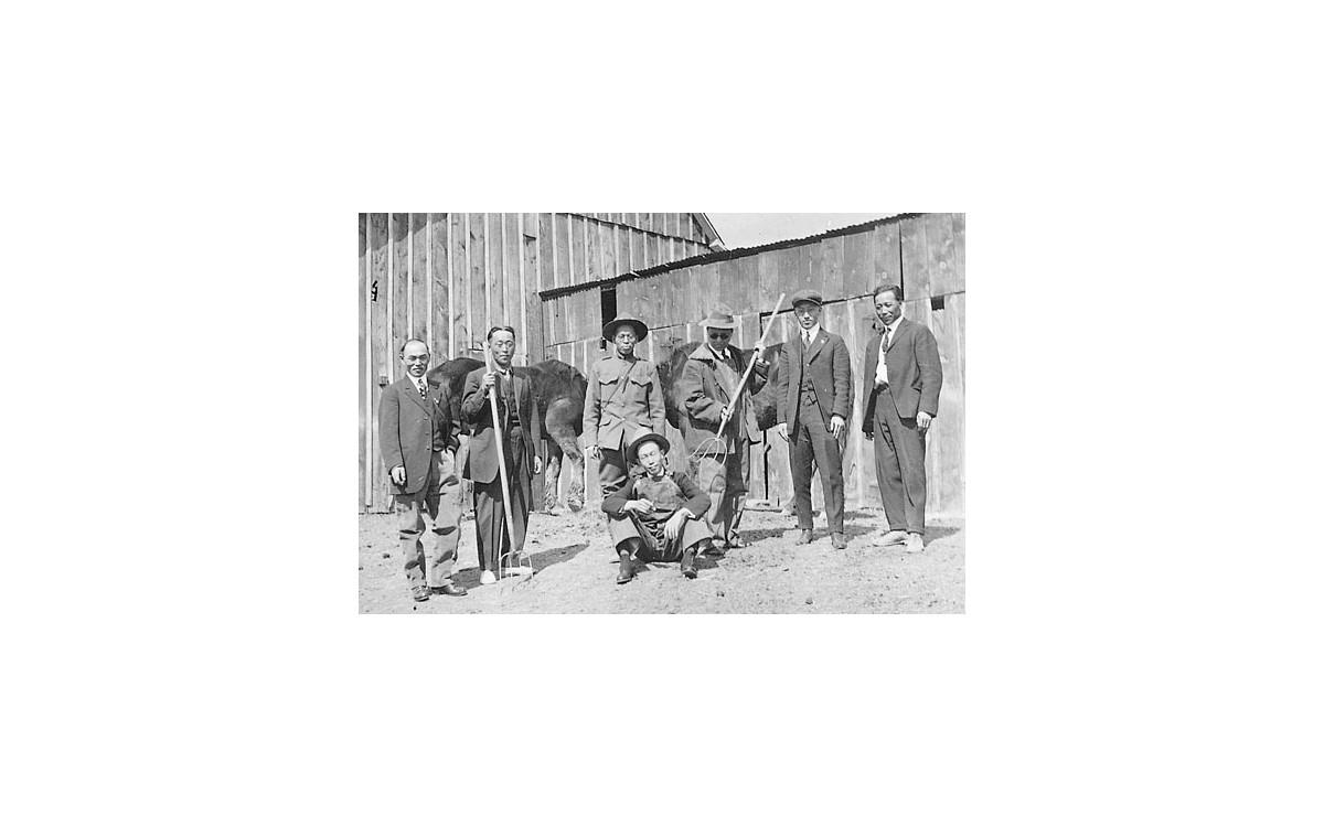 1920년 콜로라도주 덴버의 안재창(왼쪽에서 두번째) 소유 농장을 방문한 이승만 등 재미 독립운동가들이 기념 촬영을 했다.<br />이승만의 익살스러운 모습을 볼 수 있다.