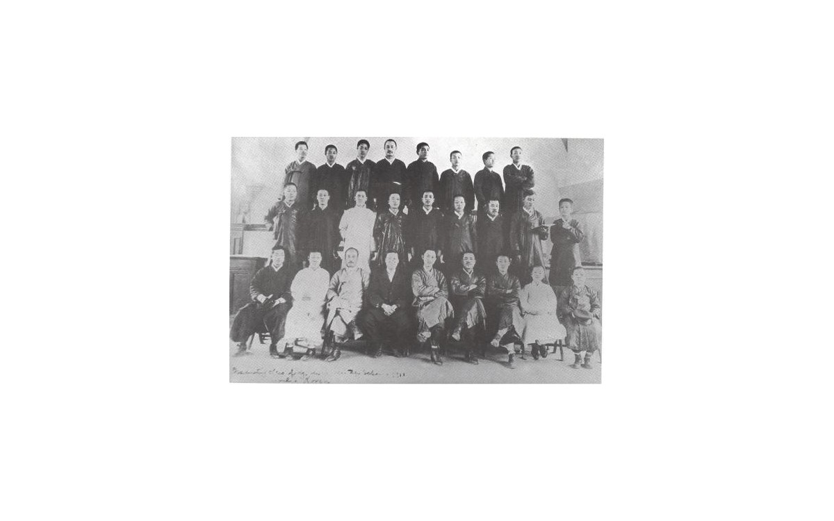 서울YMCA 학감 시절, 주간학교 졸업반 학생들과 함께(앞줄 왼쪽부터 4번째가 이승만)<br />프린스턴 대학에서 박사 학위를 받고 막 귀국한 이승만은 청년들의 우상이었다. 그의 영향을 받아 임병직을 비롯한 많은 엘리트 청년들이 미국으로 유학을 가게 되었다.