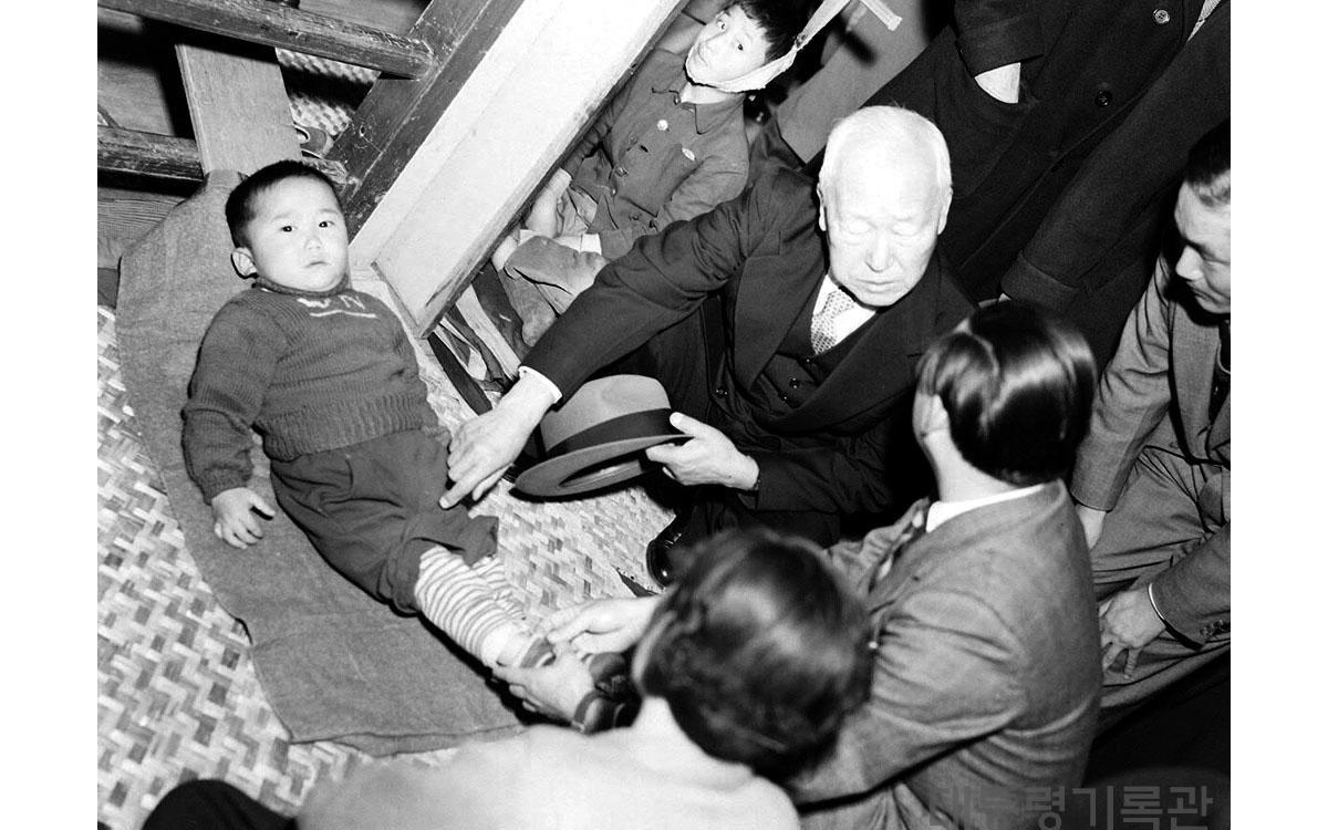 이승만 대통령 중앙재활원(국립정양원)시찰 (1955년)<br />출처-대통령기록관