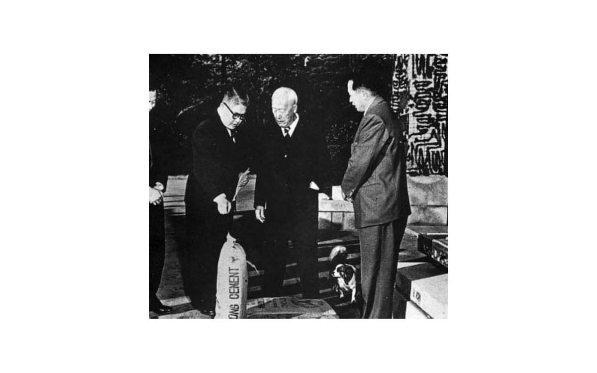 1950년대 미국의 반대를 무릅쓰고 원조자금으로 지은 문경 시멘트 공장.<br />이승만 대통령이 방문하여 생산라인을 살피는 모습