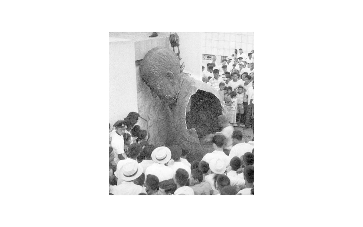 1960년 4·19 직후 시위대들이 이승만 동상을 끌어내리고 있다<br />
